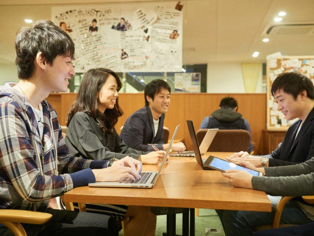 プログラミングを用いて大学生がアルバイトをしている写真