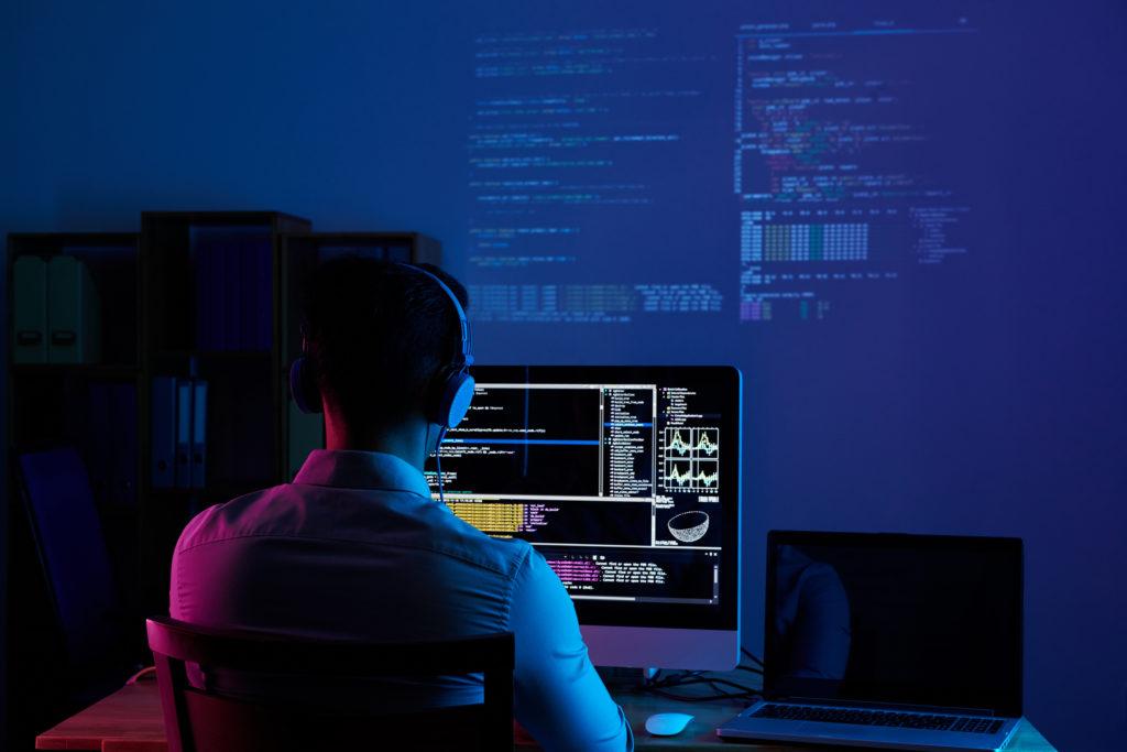 コツコツ働くプログラマー