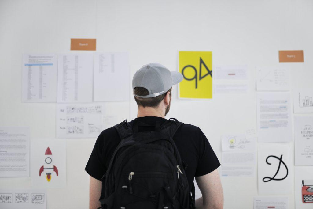 プログラミングバイトを探す大学生