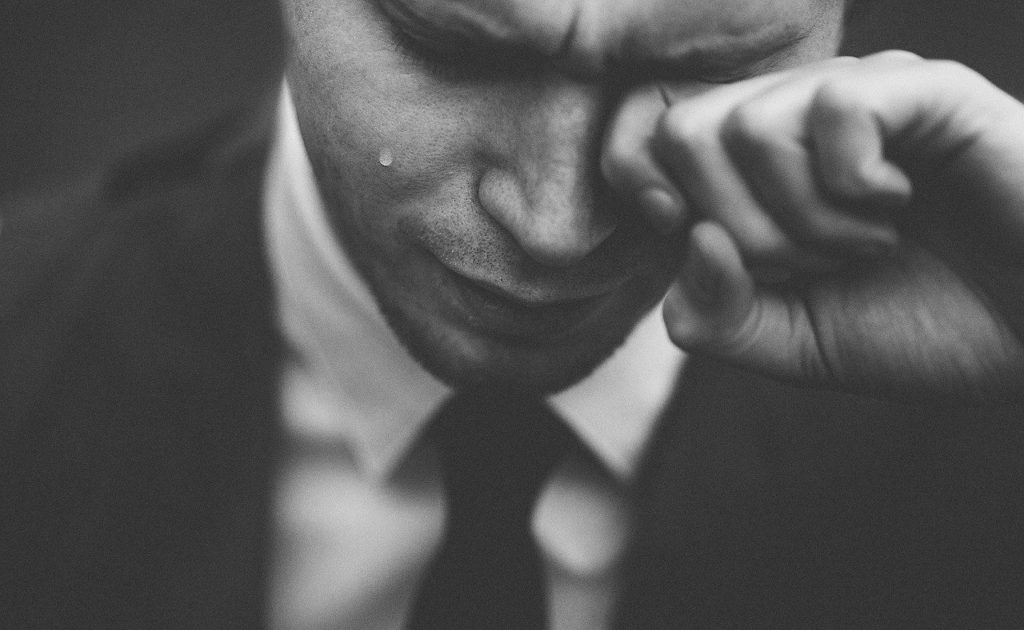 涙する男性